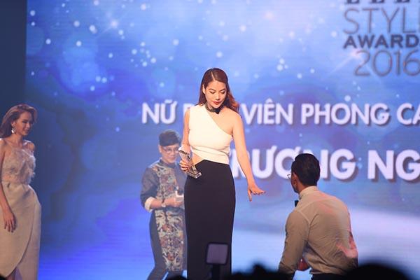 Trước và sau khi Trương Ngọc Ánh nhận giải, Kim Lý đều có mặt để hộ tống diễn viên Hương Ga.