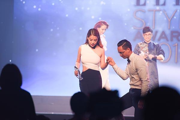 Kim Lý lên tận sân khấu dìu Trương Ngọc Ánh xuống sau khi nhận giải thưởng.