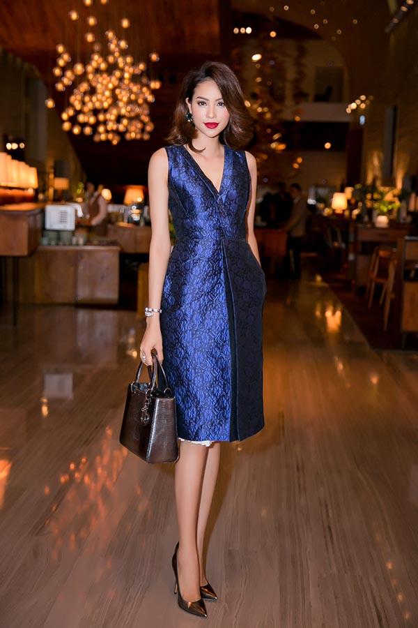 Bộ đầm xanh tinh tế, sang trọng của Dior kết hợp vô cùng ăn ý với chiếc túi xách cùng thương hiệu là lựa chọn của Phạm Hương.