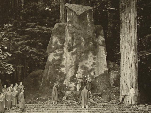 Lễ kết nạp thành viên mới dưới một bức tượng đá khổng lồ.