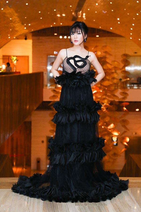 Văn Mai Hương chơi trội khi mặc chiếc đầm 300 triệu nằm trong bộ sưu tập mùa thu 2016 của thương hiệu Gucci.