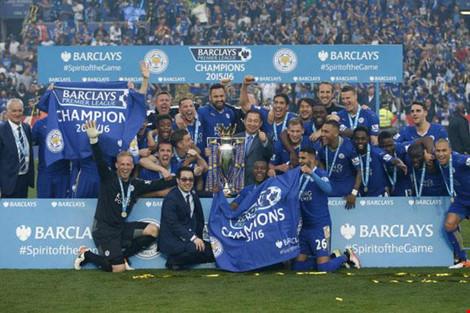 Leicester City được trao cúp sau khi đánh bại Everton 3-1 đêm 7-5.