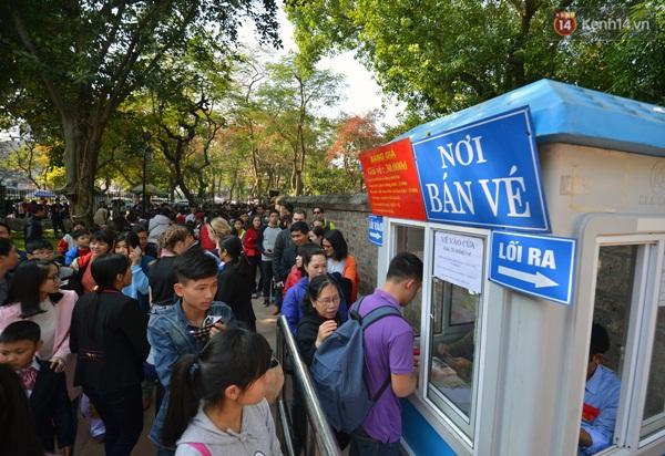 Từ đầu giờ chiều tại quầy vé chính và khu vực bán vé tăng cường hàng dài người xếp hàng mua vé vào tham quan Văn Miếu.