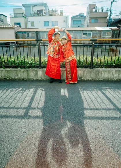 Mới đây, một người có tài khoản xã hội là Chang Clare đến từ Trung Quốc đã đăng tải loạt ảnh cưới không mấy long lanh mà cũng chẳng có chút nghệ thuật nào.