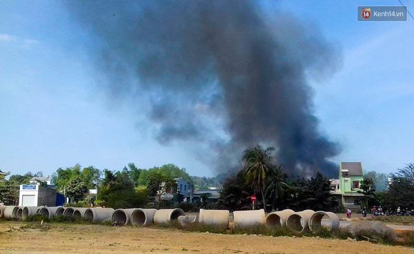 Đám cháy tạo khói đen nhìn từ xa.