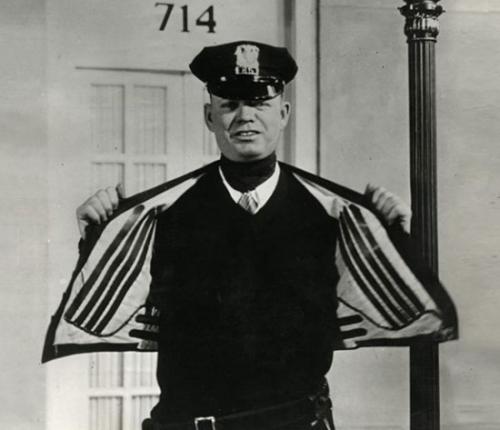 Áo khoác có lò sưởi điện bên trong dành cho cảnh sát giao thông ở Mỹ năm 1932.
