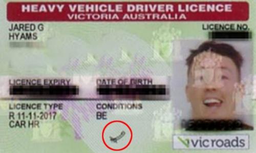 Chữ ký bá đạo của anh chàng trên giấy phép lái xe.