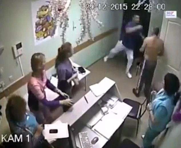 Bác sĩ có thân hình vạm vỡ chạy lại túm cổ bệnh nhân đang cởi trần...