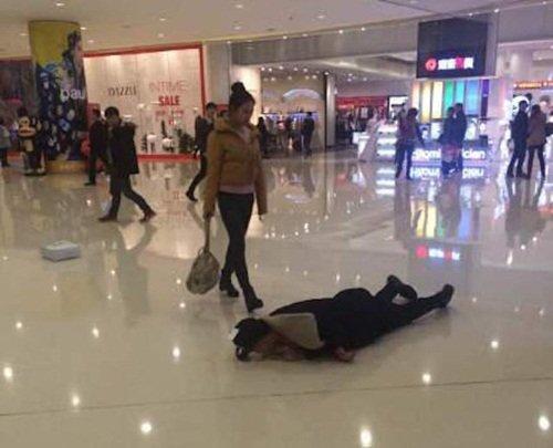 Chàng trai lăn lộn trên sàn trung tâm thương mại xin lỗi bạn gái