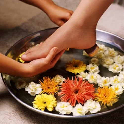 Khi ngâm chân đồng thời thực hiện xao bóp ở các ngón chân, lòng bàn chân có thể giúp phòng và chữa được nhiều chứng bệnh. (Ảnh minh họa).