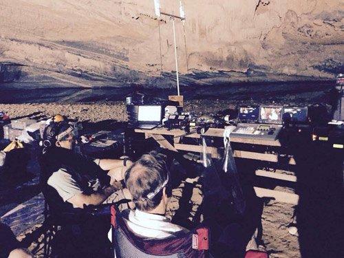 Đoàn làm phim lắp đặt các thiết bị phục vụ cho quá trình quay trong hang.