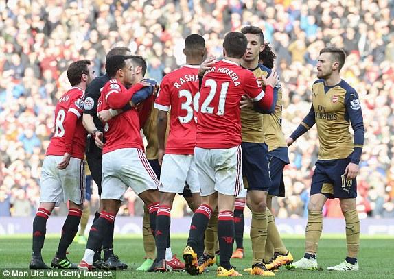 Trên sân có nhiều pha va chạm và cầu thủ đôi bên suýt nữa lao vào tranh cãi.