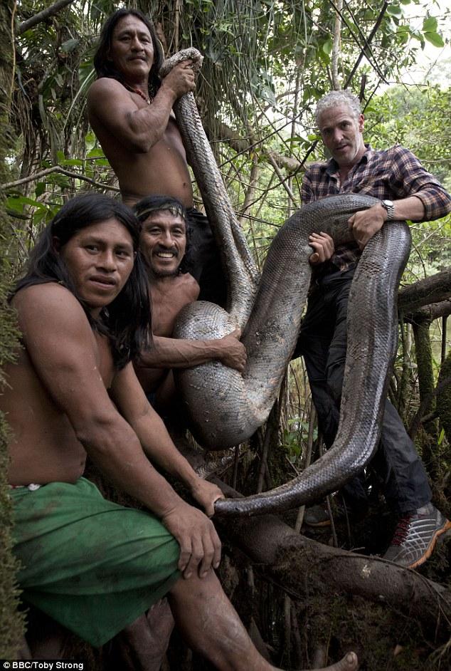 Trong tập đầu tiên, Gordon cùng một gia đình thổ dân Waorani ở vùng sâu vùng xa Ecuador đi săn rắn khổng lồ Anacondas, loài rắn lớn nhất thế giới.