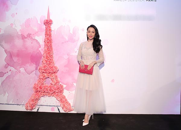 Xuất hiện nổi bật trên thảm đỏ, Linh Nga gây chú ý với phong cách thời trang đầy thanh lịch với váy trắng nữ tính kết hợp giày cùng màu và phụ kiện ví màu hồng.