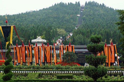 Ngọn đồi là nơi vào năm 1974, người dân phát hiện ra những di chỉ đầu tiên của lăng mộ Tần Thuỷ Hoàng.