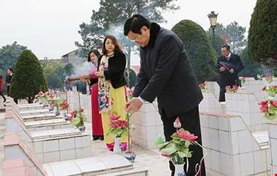 Chủ tịch nước Trương Tấn Sang đến đặt vòng hoa và thắp hương tại Nghĩa trang liệt sĩ TP Lạng Sơn. Ảnh: TTXVN