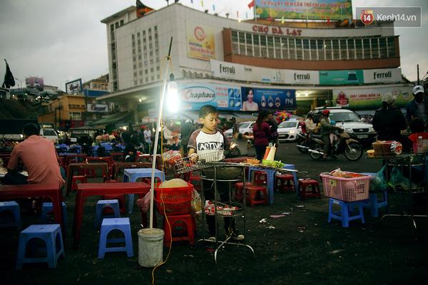 Cùng với mẹ và bà ngoại, Thành có mặt tại chợ Đà Lạt vào lúc 4h chiều. Bà của Thành bán cháo gà còn mẹ cũng bán bánh tráng nướng nhưng 3 người ở 3 khu vực khác nhau.