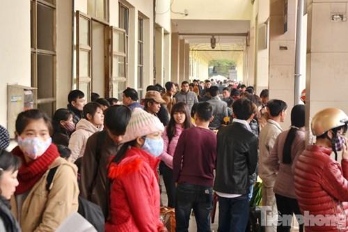 Tại Bến xe Mỹ Đình, sáng 3/2, tại hành lang khu vực chờ xe đông nghịt người.