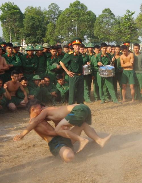 Xuân Bính Thân 2016, nhiều người lính ở Lữ đoàn Đặc công 429 (Binh chủng Đặc công) gác lại niềm vui đón xuân bên gia đình, người thân để làm nhiệm vụ trực Tết tại đơn vị.