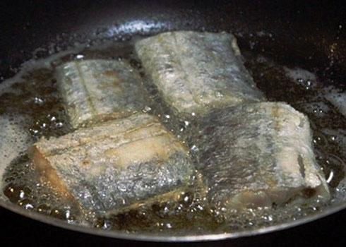 Rán cá bằng dầu mỡ rất dễ gây bệnh