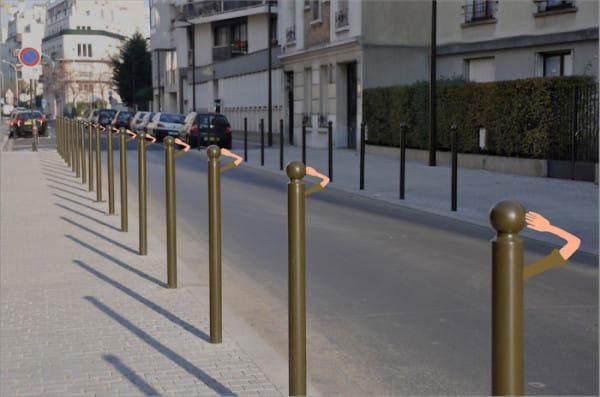 Hàng rào chắn ven đường bỗng dưng biến thành những chú lính chì thân thiện.