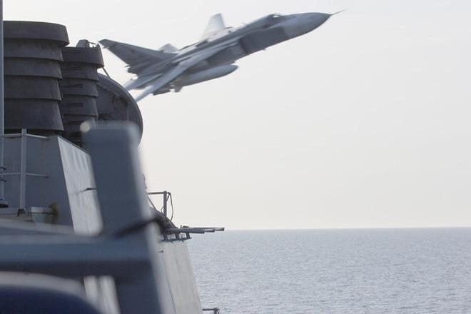 Máy bay ném bom Su-24 Nga áp sát tàu khu trục USS Donald Cook trên biển Baltic.