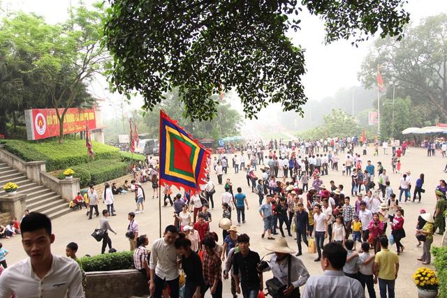 Sáng nay, rất nhiều du khách có mặt tại sân trung tâm Khu di tích đền Hùng, hàng vạn du khách trên các ngả đường cũng đang trên đường di chuyển về với đất Tổ để hành lễ.