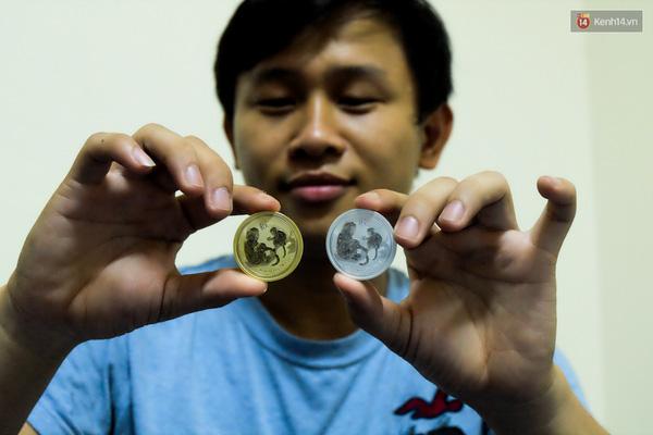 Cặp đồng xu hình khỉ có giá 3 triệu đồng/cặp rất thu hút khách hàng.