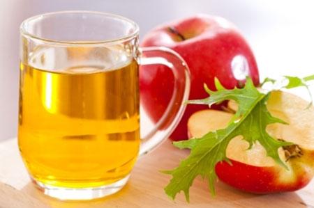 Giấm táo cũng là một loại nước súc miệng tốt có thể tiêu diệt mùi hôi. Trộn một muỗng cà phê giấm này với một ly nước dùng để súc miệng.