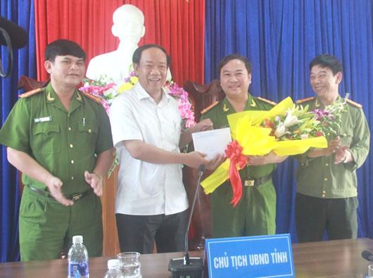 Ông Đinh Văn Thu - Chủ tịch UBND tỉnh Quảng Nam tặng quà chúc mừng lãnh đạo CA tỉnh và Phòng CSMT.