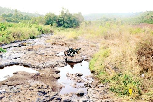 Suối La Châm chảy qua xã Ia Tô (huyện Ia Grai, tỉnh Gia Lai) cạn khô, nông dân tranh thủ vét một ít nước còn lại để cứu cà phê. Ảnh: Sài Gòn Giải phóng