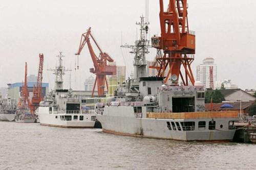 Hai tàu hộ vệ tên lửa lớp Giang Vệ I Type 053H2G đang neo đậu ở xưởng đóng tàu tại Pudong, Thượng Hải. Chúng được cho là đã được cải tiến thành tàu hải cảnh.