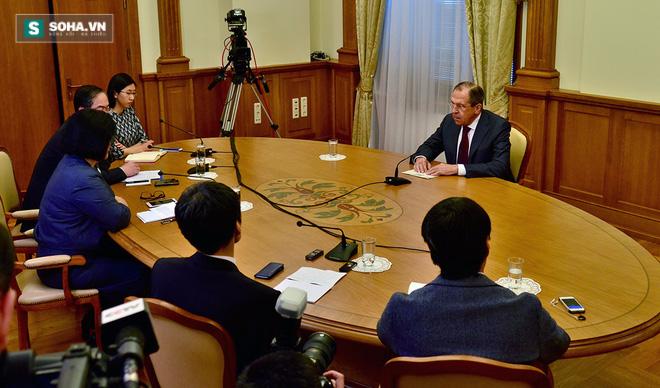 Ngoại trưởng Nga Sergei Lavrov trả lời phỏng vấn báo chí Nhật Bản, Mông Cổ và Trung Quốc hôm 12/4, trước khi bắt đầu công du 3 nước này. (Ảnh: BNG Nga)