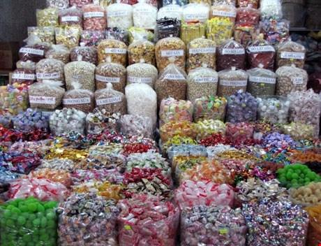 Để đảm bảo an toàn sức khỏe dịp Tết, các bà nội trợ cần lựa chọn bánh kẹo có xuất xứ, hạn sử dụng rõ ràng. Hình minh họa.