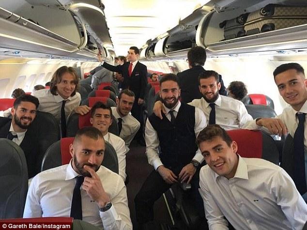 Các thành viên Real Madrid đã lên máy bay sang Manchester chuẩn bị cho trận bán kết lượt đi Champions League 2015/16 với Man City.