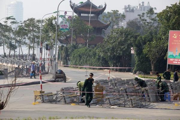 Tại điểm bắn pháo hoa tầm cao ở Vườn hoa Nguyễn Hoàng Tôn (quận Tây Hồ, TP Hà Nội), sáng 29 Tết đã sẵn sàng cho đêm nay (Ảnh: Dân Việt)