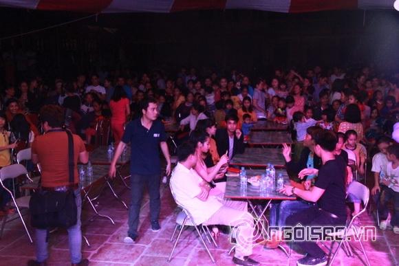 Tối 9/4, rất đông người dân ở Kim Động, Hưng Yên đã tới rạp cướicủa Hiệp Gà để chia vui