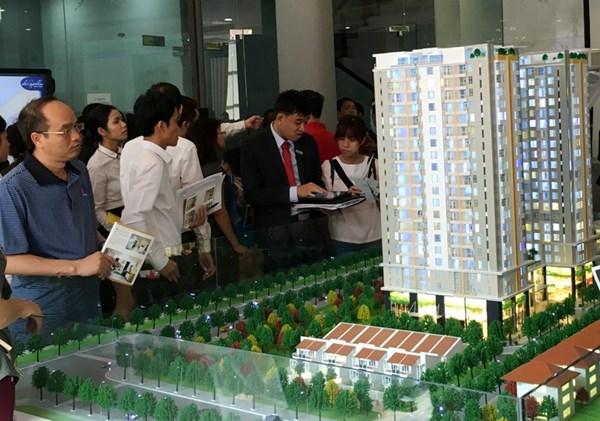Khách hàng tham quan mô hình căn hộ De Capella tại trụ sở Quoc Cuong Land trước khi đặt mua sáng 16.1. Ảnh: Dương Cầm