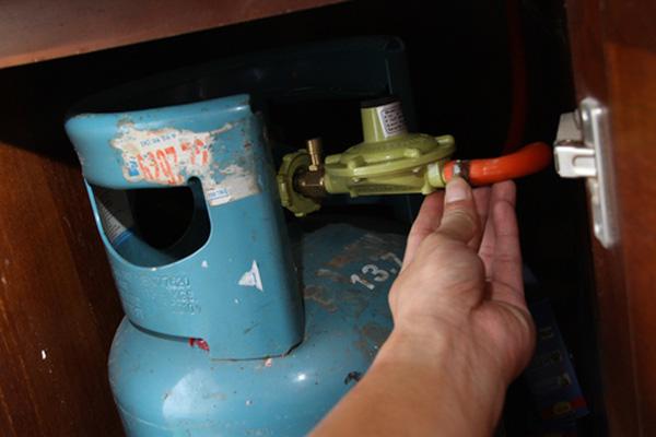 Nếu bạn ngửi thấy mùi gas đâu đó trong nhà, có thể đường ống nhà bạn đã bị rò rỉ , van khóa bị hư hay ống gas nối sai khớp. (Ảnh: Internet)