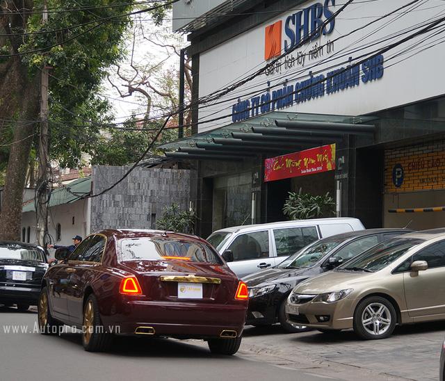 Chiếc xe Rolls-Royce Golden Ghost dừng đỗ trước cửa tập đoàn T&T tại Hà Nội.