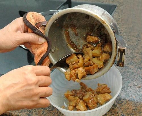Nấu, lưu trữ thức ăn mặn trong nồi nhôm là thói quen cần sớm loại bỏ. Ảnh minh họa.