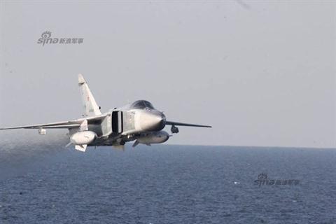 Hình ảnh Su-24 được chiến hạm Mỹ chụp lại.