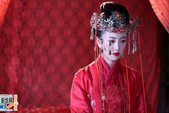 A Tín (Trương Mông) đau khổ khi phải cưới người mình không yêu trong Lục Tiểu Phụng và Hoa Mãn Lâu.