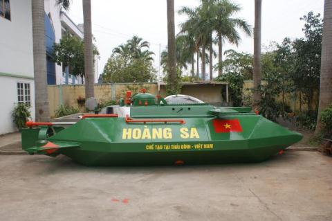 Tàu ngầm mini Hoàng Sa 2 được sơn chống gỉ màu xanh lá cây