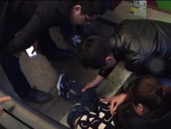 Bé trai 3 tuổi bị mắc kẹt trong thang cuốn.