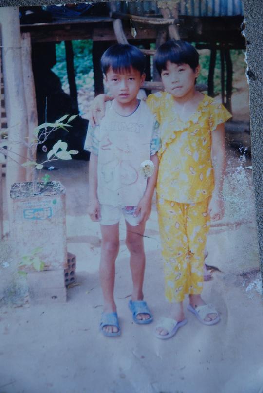 Ý chụp ảnh cùng người em năm 13 tuổi