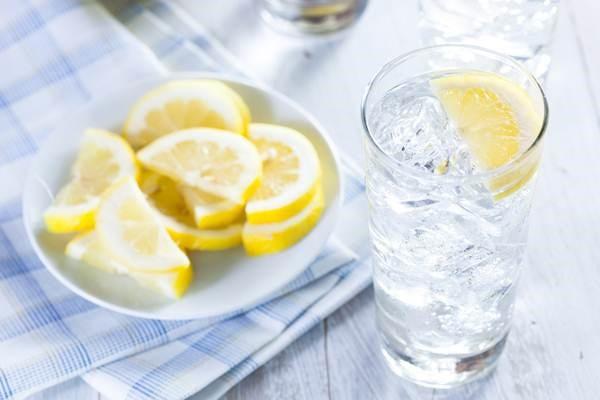 Uống nước lạnh và tắm nước lạnh sau khi quan hệ là thói quen cực kì có hại. Ảnh minh họa