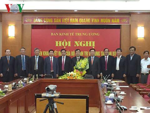 Các đại biểu chúc mừng ông Ngô Đông Hải