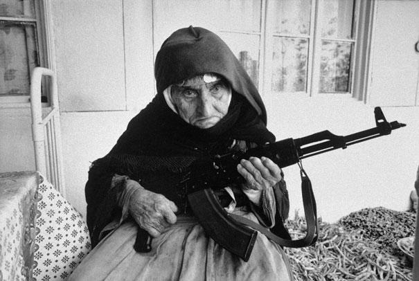 Hình ảnh một cụ bà 106 tuổi, người Armenia, ôm súng canh giữ cho ngôi nhà của mình. Ảnh chụp năm 1990