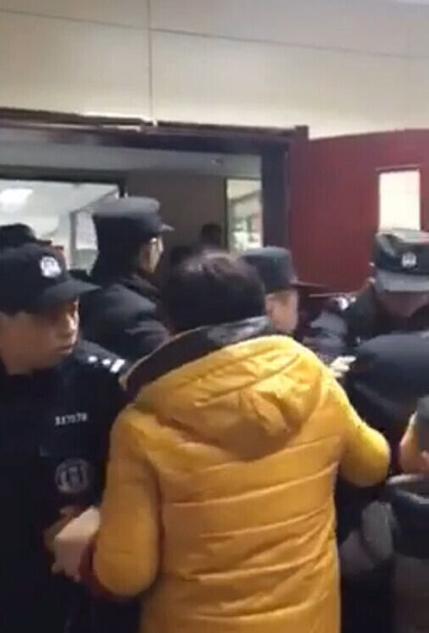Hỗn loạn xảy ra tại bệnh viện thị trấn Giới Bài, thành phố Đan Dương khi các cảnh sát cơ động đưa nạn nhân tử vong do sốc dị ứng vào nhà tang lễ.